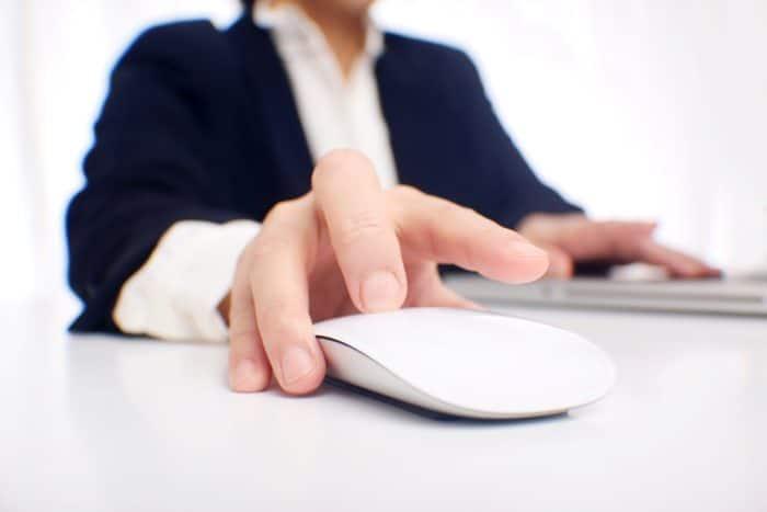 マウスを触る手