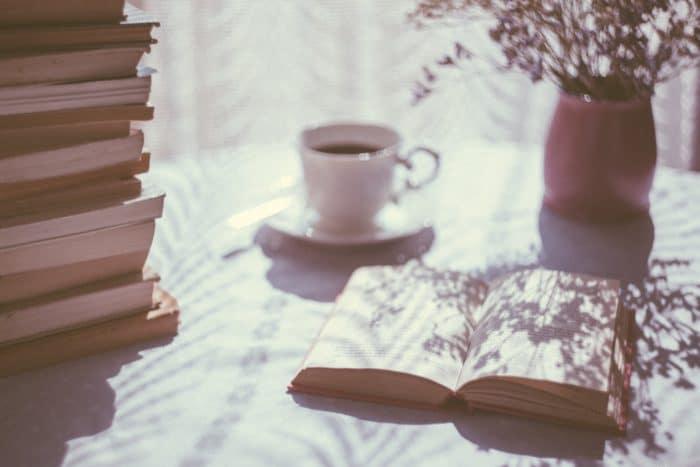 コーヒーを飲みながら漫画を読む