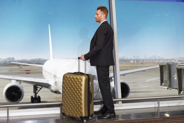 外国人が飛行機で出発しようとしている画像